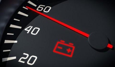 A luz da bateria permanece acesa mesmo com carro ligado